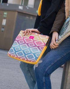 funda-portátil-rombos-amarillo-4 Bags, Fashion, Laptop Sleeves, Yellow, Handbags, Moda, Fashion Styles, Fashion Illustrations, Bag