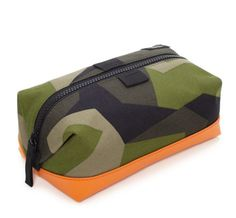 Utilizing highly wear-resistant Cordura material alongside a Swedish armed forces-sourced pattern, each piece in the Jack Spade camo bags collection gets a further highlight with a dipped and reinforced bottom. Tote Bags, Backpack Bags, Messenger Bags, Camo Bag, Jack Spade, Dopp Kit, Best Gifts For Men, Travel Kits, Fashion Bags