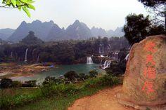 Cachoeiras Ban Gioc - Detian vistas do território da China na estação seca. Terreno cárstico na fronteira sino-vietnamita, em Chongzuo, nas colinas do condado de Daxing, província de Guangxi. Há controvérsias sino-vietnamitas sobre a demarcação da fronteira neste local.  Fotografia: Emit Chan.