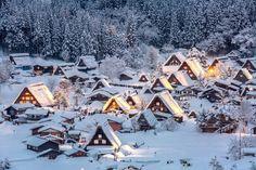 Le village de Shirakawa-go sous le neige Shirakawa Go, Gifu, Amazing Places On Earth, Beautiful Places, Places To Travel, Places To Visit, Travel Destinations, Winter Destinations, Stations De Ski