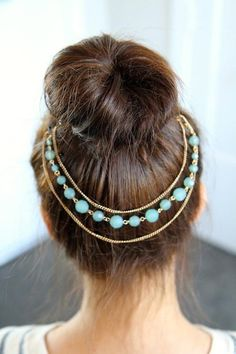 i love the necklace around the back of the bun!!