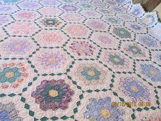 My Grandmothers flower garden quilt Hexagon Quilt Pattern, Quilt Patterns, One Block Wonder, English Paper Piecing, Vintage Crafts, Quilt Making, Textile Art, Quilt Blocks, Grandmothers