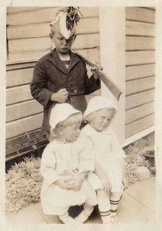 Le grand frère à la carabine [Collection personnelle] Twin Twin, Twins, Childhood, Couple Photos, Couples, Vintage, Collection, Art, Binoculars