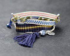 pulsera hecha a mano con tejidos y abalorios. por CAMALEONGOGO, €25.00