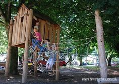 Playground made of recycled wood and tree trunks 4 Play Structures For Kids, Indoor Play Places, Parks, Recycling, Natural Structures, Tree House Designs, Tree Trunks, Recycled Wood, Outdoor Play
