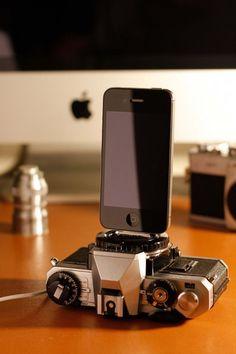 Vintage camera turned into an iphone dock - DIY idea