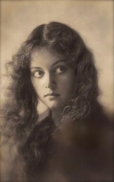 Photographe anonyme. Wavy hair lady 1900s.