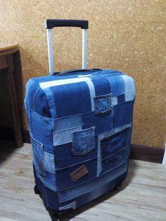 Funda para maletas con vaqueros reciclados, personalizada y hecha a mano.