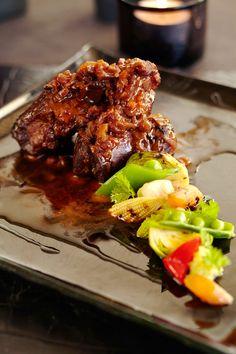 シナモンの香りと赤ワインのコクでスペアリブの旨みを引き出す 『ELLE a table』はおしゃれで簡単なレシピが満載!