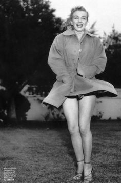 Marilyn Monroe in the backyard of her first agent, Johnny Hyde, May 1950. Photo by Earl Leaf.