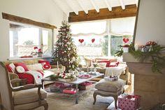 El árbol preside el estar Los sofás, las mesas de centro, el puf y la butaca son de Hanbel.