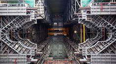 nasa-1 > A nova garagem da NASA parece algo de dentro da Estrela da Morte Por: Attila Nagy 20 de abril de 2016 às 18:18 > Esta estrutura imensa de aço parece o interior da Estrela da Morte de Star Wars Episódio VI. Mas, na verdade, é uma parte do Vehicle Assembly Building (VAB), do Kennedy Space Center na Flórida, EUA.  A foto mostra três novas plataformas de trabalho que foram instaladas para a NASA dar andamento ao projeto do foguete Space Launch System (SLS). A NASA explica: