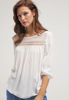 que es un personal shopper  - blusa blanca adlib