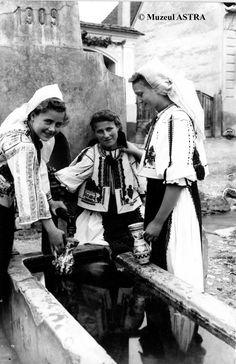 Ars longa vita brevis : Young girls from Sibiu, Romania source:Muzeul. Old Photos, Vintage Photos, Ellis Island Immigrants, Folk Costume, Costumes, Sibiu Romania, Albanian Culture, Historical Photos, Love Art