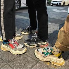 Balenciaga Paris Triple S. - Balenciaga Paris Triple S. Source by juliaposl - Casual Trainers, Casual Sneakers, Sneakers Adidas, Sneakers Women, Casual Shoes, Dad Shoes, Me Too Shoes, Carrie Bradshaw, Balenciaga Sneakers