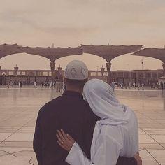 Muslim Couple Photography, Wedding Photography Poses, Cute Muslim Couples, Cute Couples, Mecca Islam, Islam Marriage, Foto Wedding, Mekka, Disney Wedding Dresses