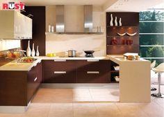 Barek łączący kuchnię z salonem służy również jako stół kuchenny