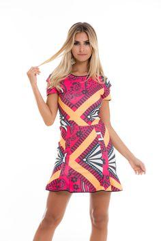 Daqueles vestidos pra não tirar do corpo: com manguinhas e babadinhos na barra. Estampa linda que mescla rosa, P&B e amarelo.