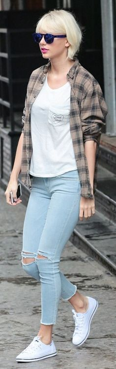 Who made Taylor Swift's white sneakers, blue sunglasses, ripped skinny jeans, and print tee? Taylor Swift Outfits, Taylor Swift Hot, Taylor Swift Style, Taylor Swift Casual, Lady Gaga, Cool Outfits, Fashion Outfits, Fashion Tips, Travel Outfits