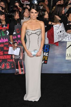 el......vestido    (versace) Nikki Reed, Taylor Lautner, Robert Pattinson, Kristen Stewart, Vestidos Versace, Breaking Dawn Part 2, Strapless Dress Formal, Formal Dresses, Dress For Success