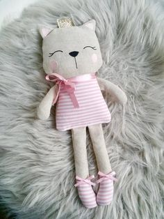 Create adorable 4 inch tall kitty dolls with choice of outfits from the little cloth dress, overalls, or a felt dress thatPdf sewing pattern for blank cat doll f Doll Sewing Patterns, Sewing Dolls, Embroidery Patterns, Machine Embroidery, Fabric Toys, Fabric Crafts, Sewing Crafts, Sewing Projects, Bunny Plush