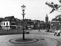 Datering tot: 1977-12-31 Beschrijving: De zuidgevel van de Lange Kerkstraat gezien vanaf het plein voor de Hema in de richting van de Kreupelstraat.