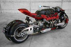 人間工学とか何も考えてなさそうなV8エンジン4輪バイク