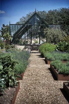 Det var en stor drøm, der gik i opfyldelse, da Lotte Møller og hendes familie fik opført deres eget orangeri i deres gamle landsteds have i det midtjyske.