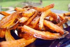 Morcovii pai sunt savurosi. Pentru a prepara aceasta mancare cu morcovi aveti nevoie de morcovi, ulei, sare, rozmarin si piper.