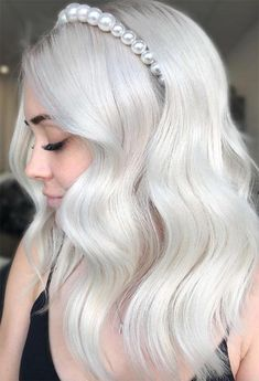 Find 59 examples of platinum blonde hair color shades to rock, as well as the best platinum hair dye kits to achieve the perfect icy hair at home! Icy Hair, Ice Blonde Hair, Silver Blonde Hair, Icy Blonde, White Blonde, Hair And Harlow, Platinum Blonde Hair Color, Platinum Blonde Hairstyles, Blonde Hair Colour Shades