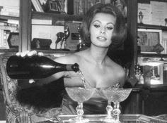 Sofia Loren Champagne is the best accessorie Sophia Loren, Hollywood Glamour, Classic Hollywood, Old Hollywood, Hollywood Stars, 50s Glamour, Hollywood Party, Hollywood Icons, Classic Beauty