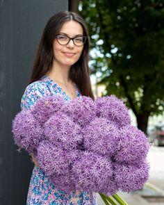 Allium sau ceapa decorativă este o floare care se remarcă în orice buchet. #allium #flowers #purple Orice, Blanket, Crochet, Ganchillo, Blankets, Cover, Crocheting, Comforters, Knits