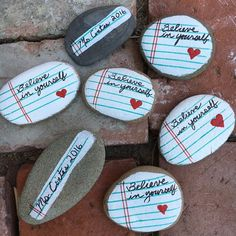 Give Me Glitter… Binder Paper Painted Rocks for Graduation Designed by Ana Araujo My friend, Germaine, is a high school teacher. She wanted to do something for her students for graduation. Pebble Painting, Pebble Art, Stone Painting, Diy Painting, Rock Painting Patterns, Rock Painting Ideas Easy, Rock Painting Designs, Stone Crafts, Rock Crafts