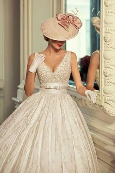 Tatiana Kaplun bridal collection 2015 presents the Jazz Sounds line as one of the bridal dresses ranges from the Russian designer. Robes Vintage, Vintage Dresses, Vintage Outfits, Vintage Fashion, Vintage Hats, Retro Fashion, Wedding Hats, Wedding Gowns, 50s Wedding