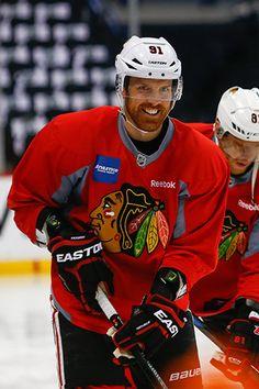 Brad Richards has some fun at morning skate. Blackhawks Hockey, Hockey Teams, Chicago Blackhawks, Hockey Players, Ice Hockey, Brad Richards, World Of Sports, Have Some Fun, Nhl