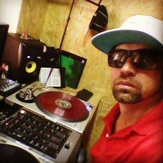 Bom dia!!! Vamos gravar.... Good Morning! ! It's sampling. .  #djpiitah #ego #10anos #anzuhall #gigs #flashback #disco #djing #lançamento #technics #serato #vinyl #addict #turntablism #discobilidade #mixtape #brazil #brasil #sp555 #scratch by djpiitah_x4