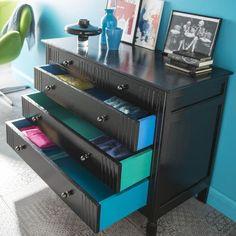 Relooker les tiroirs d 39 un vieux meuble de chambre avec du - Relooker une commode en pin ...