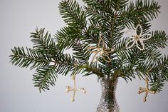 Perlenanhänger Christbaumschmuck DIY | we love handmade Our Love, Christmas Diy, Plant Leaves, Plants, Handmade, Diys, Snowflakes, Christmas Tree Decorations, Diy Presents