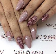 45+ Designs with Nude Nail Polish: Choosing perfect nude is quite a challenge. It is much easier with other colors. Look at our collection of nudes. #Nails #NailArt #NailDesigns Nagellack Design, Nails 2018, Manicure E Pedicure, Nagel Gel, Gorgeous Nails, Trendy Nails, Glitter Nails, Glitter Tattoos, Gold Nail