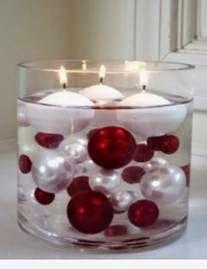 Velas flutuantes na mesa natalina                              …