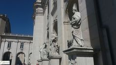 Vor den drei Portalen des Salzburger Doms erheben sich vier Statuen aus Untersberger Marmor: Virgil (Kirche), Rupert (Salzfass), Petrus (Himmelsschlüssel) und Paulus (Schwert).