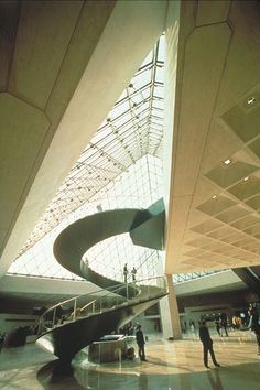 Pei, AD Classics: Le Grande Louvre / I.inside of the louvre entrance Stairs Architecture, Interior Architecture, Architecture Portfolio, Amazing Architecture, Archdaily Mexico, Louvre Pyramid, Famous Architects, Commercial Architecture, Contemporary Architecture