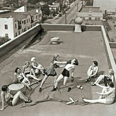 These Powerful Photos Of Women Making History Are Incredibly Inspiring. Women boxing on a Los Angeles rooftop in Photos Black And White, Black And White Photography, Black White, Viejo Hollywood, Old Hollywood, Hollywood California, Photos Du, Old Photos, Rare Photos