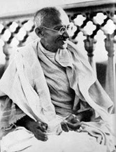 Gandhi Allahabad 1931 - 22 Aralık - Vikipedi-1932 - Hindistan'daki İngiliz yönetimi, 28 bin mahkûmu serbest bıraktı. Mahkûmlar arasında Mahatma Gandhi de vardı.