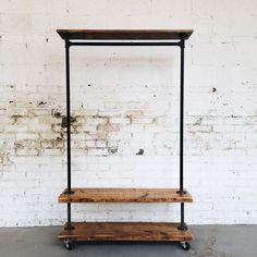 Perchero vintage de madera de pino natural y metal oscuro. Ideal para habitaciones o espacios sin armarios. Incluye estanterías y base para zapatos y complement