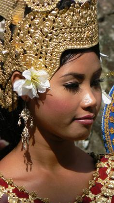 Rare Clothing, People Of The World, Angkor, Just Dance, Balinese, Fashion History, Headdress, Cool Pictures, Ta Prohm
