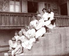 Familie de ţărani din Maieru Maieru este un sat în partea de nord a județului Bistrița-Năsăud, la poalele munților Rodnei și Bârgăului, pe valea Someșului. Mare Costumes, Popular, Painting, Women, Art, Romania, Art Background, Dress Up Clothes, Fancy Dress