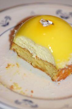 Lemon foam domes on Breton palets & coconut chips – Desserts World Fancy Desserts, Great Desserts, Fancy Cakes, Baking Recipes, Cake Recipes, Dessert Recipes, Palet Breton, Cracker Toffee, Mousse Dessert