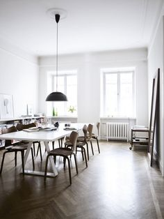 10 New Ideas Contemporary Dining Room Design Design Scandinavian, Herringbone Wood Floor, White Dining Table, Living Room White, Dining Room Inspiration, Dining Room Lighting, Dining Rooms, Dream Decor, Interiores Design