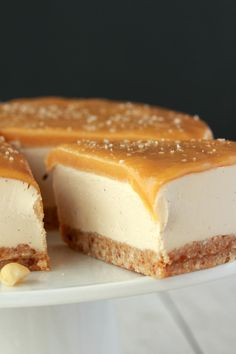 Vegan cheesecake with a salted caramel fudge sauce topping! This ultra creamy ch… Advertisement Advertisement Vegan cheesecake with a salted caramel fudge sauce topping! This ultra creamy cheesecake is so much like the 'real. Caramel Vegan, Salted Caramel Fudge, Caramel Tart, Caramel Brownies, Salted Caramels, Chocolate Brownies, Chocolate Ganache, Raw Desserts, Vegan Dessert Recipes